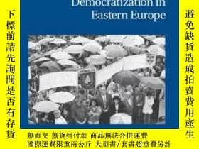 二手書博民逛書店Ethnic罕見Struggle, Coexistence, And Democratization In Eas