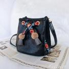 斜背包包女新款森系女包民族風小包包網紅小黑包質感水桶包 黛尼時尚精品