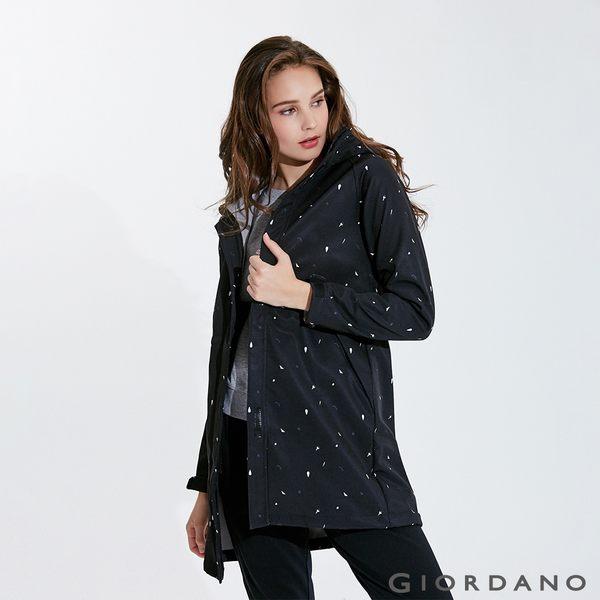 【GIORDANO】女裝 softshell防風保暖收腰長版外套-35 標誌黑/皎雪/標誌灰印花