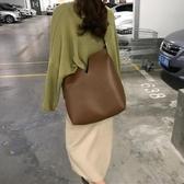 韓版寬肩帶水桶包包女大容量托特包pu軟皮斜挎包Mandyc