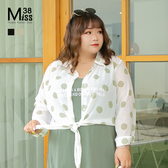 Miss38-(現貨)【A05843】大尺碼罩衫 輕薄雪紡 波點長袖襯衫外套 全開扣 下擺綁帶-中大尺碼女裝