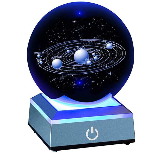 [8美國直購] 水晶球 Solar System Crystal Ball 80mm with 3D Laser Engraved Sun System with a Touch Switch LED Light