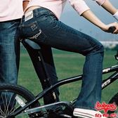 【BOBSON】女款W小尻革命後袋立體繡中喇叭褲(藍53)