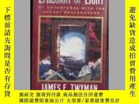 二手書博民逛書店英文原版罕見Emissary of Light by James
