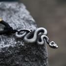 《 QBOX 》FASHION 飾品【CBP8-492】精緻個性歐美復古精雕靈蛇鑄造鈦鋼墬子項鍊/掛飾