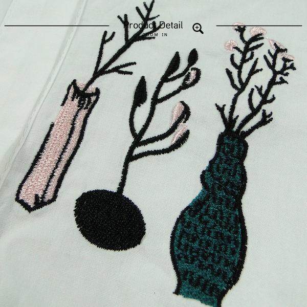 Melek 襯衫類 (共1色) 現貨【B12170111-1002】女長襯領花胸繡花瓶款 長袖襯衫/白襯衫