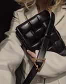 ■專櫃88折■ Bottega Veneta 全新真品 591970 寬編織澎潤小牛皮翻蓋包 黑色