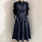 綁帶洋裝 韓國chic極簡主義 優雅立領明線單排扣寬鬆綁帶風衣式洋裝長裙-米蘭街頭