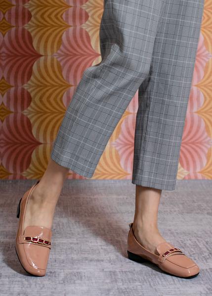 TAS撞色一字金屬扣飾漆皮方頭娃娃鞋-豆沙粉
