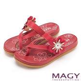 MAGY 夏日休閒甜美款 趾環交叉花朵牛皮平底拖鞋-紅色