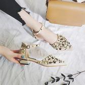 女鞋2018夏新款時尚百搭韓版尖頭粗跟鏤空中跟一字扣涼鞋 WD653【衣好月圓】