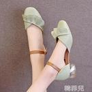 包頭涼鞋 搭配裙子的涼鞋女仙女風新款夏蝴蝶結粗跟包頭學生時尚單鞋 韓菲兒