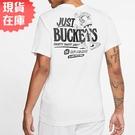 【現貨】NIKE Just Buckets 男裝 短袖 休閒 塗鴉 籃框人 柔軟 白【運動世界】CD0959-100