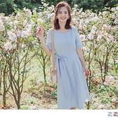 《DA7293-》粉嫩色系小方格修身收腰附綁帶排釦中長洋裝 OB嚴選