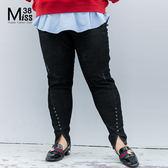 Miss38-(現貨)【A09698】大尺碼牛仔褲 個性黑 鉚釘開叉褲腳 顯瘦百搭 中高腰 長褲-中大尺碼