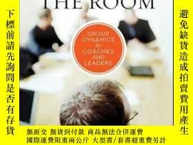 二手書博民逛書店Reading罕見the Room: Group Dynamics for Coaches and Leaders
