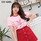 中大尺碼 粉色貓T恤上衣+單排釦短裙 兩件式套裝 - 適XL~4L《 66463K 》CC-GIRL