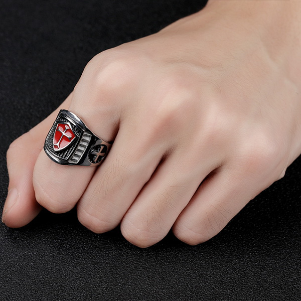 《 QBOX 》FASHION 飾品【R100N601】精緻個性紅盾十字架鑄造鈦鋼戒指/戒環