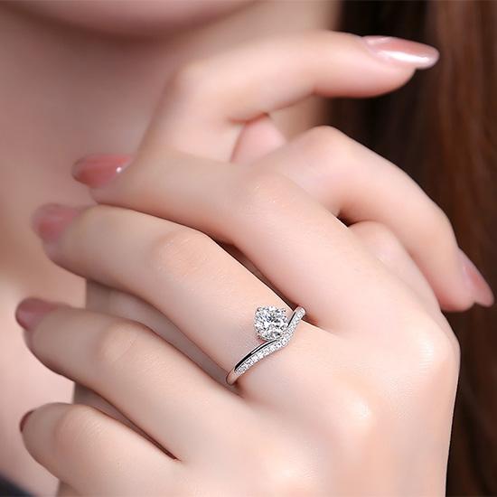 《 QBOX 》FASHION 飾品【R326S70】精緻優雅氣質V冠四爪鑲鑽18K白金S925純銀開口戒指