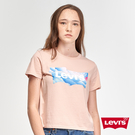 Levis 女款 短袖城市T恤 / 中短版修身版型 / 童趣雲海Logo