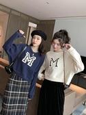 秋季新款韓版休閒M字母無帽衛衣女短款寬鬆圓領套頭長袖外套聖誕交換禮物