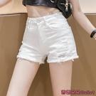 牛仔短褲 白色牛仔短褲女夏高腰毛邊破洞熱褲子外穿新款修身顯瘦-Ballet朵朵