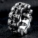 《 QBOX 》FASHION 飾品【R10BR8-225】精緻個性龐克環圈骷顱頭鑄造鈦鋼戒指/戒環