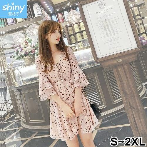【V2407】shiny藍格子-花漾女孩.碎花V領綁帶雙層喇叭袖洋裝