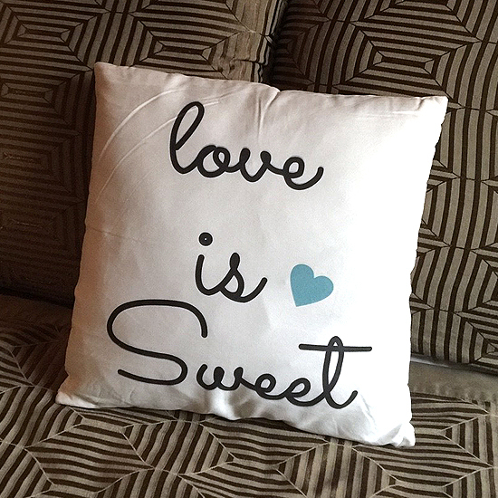 靠枕 枕頭 方枕 靠墊 沙發 枕墊 護腰 枕套 可拆洗 愛心字母鹿皮絨抱枕 (不含枕心)【V45】慢思行
