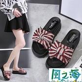 拖鞋 女士條紋蝴蝶結拖鞋厚底軟底夏季防滑一字拖外穿拖鞋百搭【風之海】