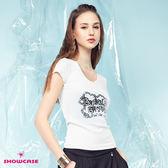 【SHOWCASE】休閒V領個性亮片英文字合身百搭棉質T恤(白色)