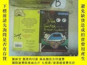 二手書博民逛書店the罕見iron,the switch and the broom cupboard:熨鬥、開關和掃帚櫃(06)