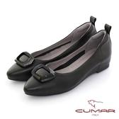 【CUMAR】同面色飾釦尖頭內增高平底鞋(黑色)