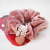 【粉紅堂 髮飾】甜美愛心珍珠 絨布大腸圈髮束 *粉紅色*