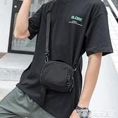 男士側背斜背包ins休閒胸前掛包隨身蹦迪小背包迷你手機包包 迷你屋