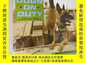 二手書博民逛書店Dogs罕見on duty, soldiers best friend on the battlefield an