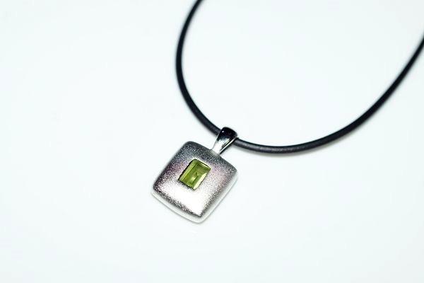 【喨喨飾品】橄欖石純銀墜飾 /皮繩  M347