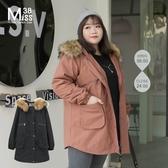 Miss38-(現貨)【A09243】大尺碼鋪棉外套 斜紋棉 連帽大毛領 純色中長版 軍裝風衣 保暖外套-中大尺碼