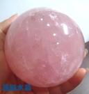 天然粉晶球 800公克 8.3公分-超紅潤~附壓克力球座*免運費