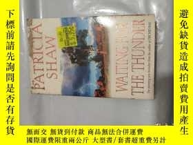 二手書博民逛書店【英文原版】Waiting罕見for the ThunderY9