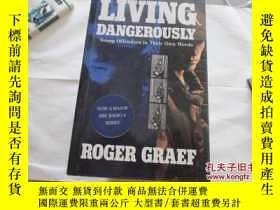 二手書博民逛書店LIVING罕見DANGEROUSLY:YOUNG OFFEND