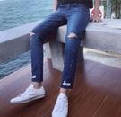 找到自己品牌 時尚潮流 男 割破 破洞 噴漆英文 小腳褲 九分褲 牛仔褲