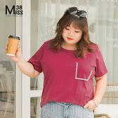 Miss38-(現貨)【A05467】大尺碼短袖上衣 好氣色棗紅 口袋釘珠T恤 顯瘦百搭 純棉彈力 寬鬆-中大尺碼