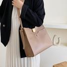側背包水桶包女大容量新款時尚流行的網紅百搭簡約單肩包女士側背包 中秋節全館免運