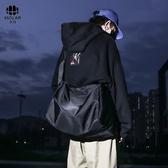 新款大容量單肩包休閒斜挎包女潮包旅行包健身包ulzzang男士包包 歐尼曼家具館