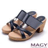 MAGY 異國渡假風 質感真皮拼接條紋布面編織粗跟拖鞋-藍色