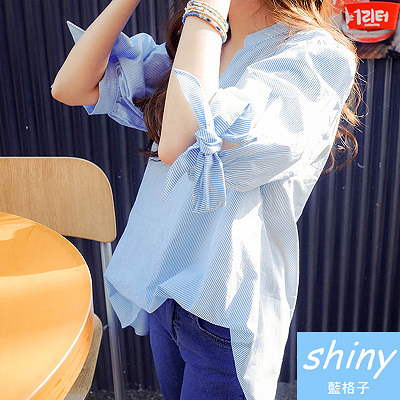 【V8064】shiny藍格子-無造經典.條紋V領寬鬆蝴蝶結袖口上衣