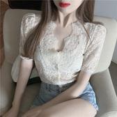 蕾絲上衣 法式復古泡泡短袖蕾絲衫女夏季新款氣質V領短款鏤空小衫修身上衣 歐歐