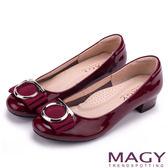 MAGY OL通勤專屬 特殊造型圓釦+織帶蝴蝶結低跟鞋-紅色