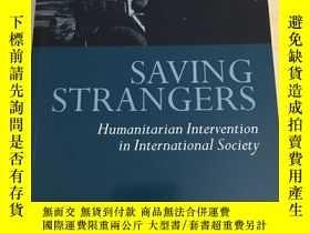 二手書博民逛書店Saving罕見Strangers: Humanitarian